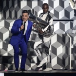 robbie-williams performing at brit awards