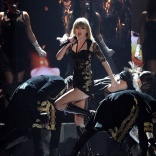 taylor-swift performing at Brit Awards