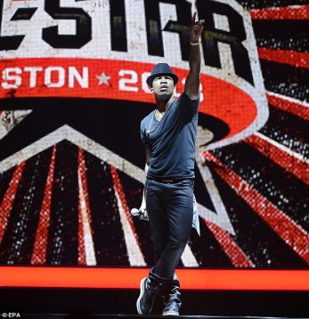 Neyo performing at the NBA All-Stars