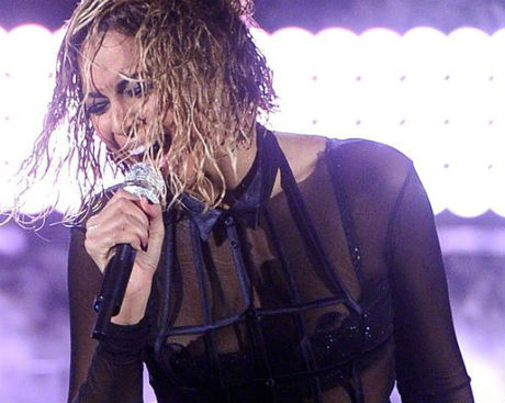 Beyonce's tities slips out in Grammy awards 2014