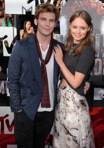 mtv-movie-awards-2014-sam-claflin-laura-haddock